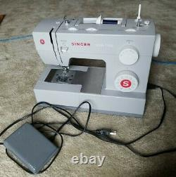 SINGER 4423 Heavy Duty Sewing Machine with 23 Built-In Stitches + pedal